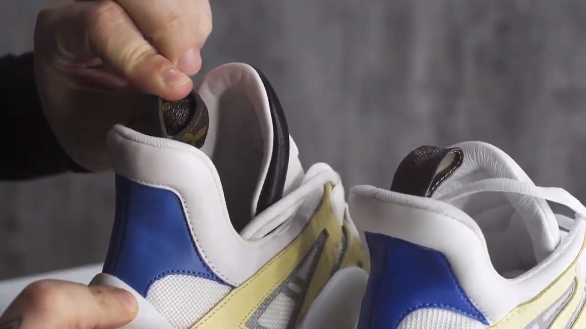 0efa2f7e На оригинальных кроссовках петля делается из фирменного полиуретана Louis  Vuitton, и она двухсторонняя. Вывернув петлю на подделке, вы увидите  светлую ...
